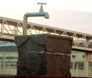 Marseille-saippua oli saanut patsaan Marseillen sataman luo.