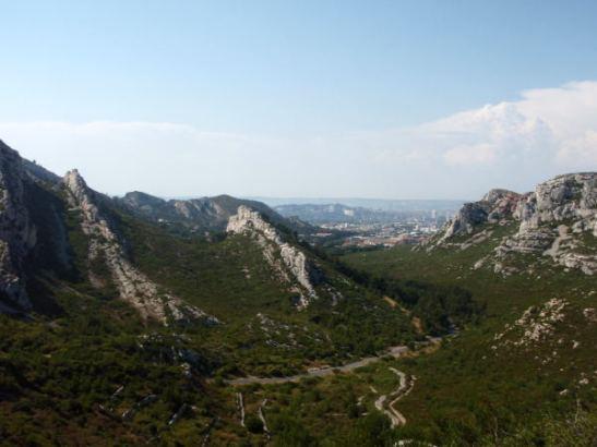 Näkymä Marseilleen Sormioun päässä olevalta kukkulalta.