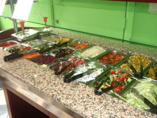 Mr Falafelissa tiskillä saadaan mukavan ohut pitatasku, jossa on falafel-pyöryköitä ja salaattibuffasta voi lisätä pitan sisälle kaikkea hyvää. Konseptin on siis sama kuin Maoz Vegetarian -ketjullakin.
