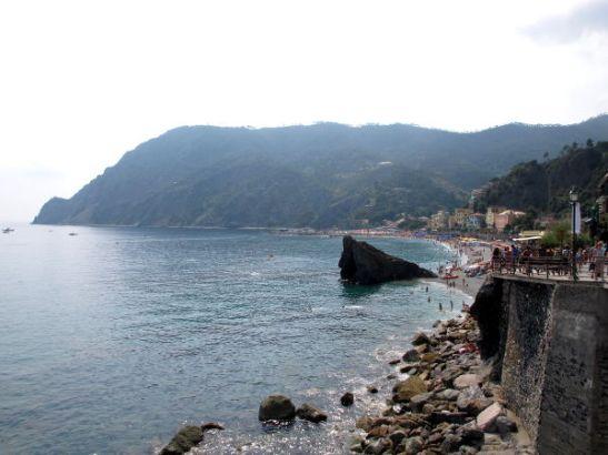 Monterossosta kun lähtee kävelemään eteenpäin kohti Vernazzaa jää kylä tämännäköisenä taakse. Takana olevan kukkulan päällä kärjessä oli Sant Antonion raunio ja kumma autio talo.