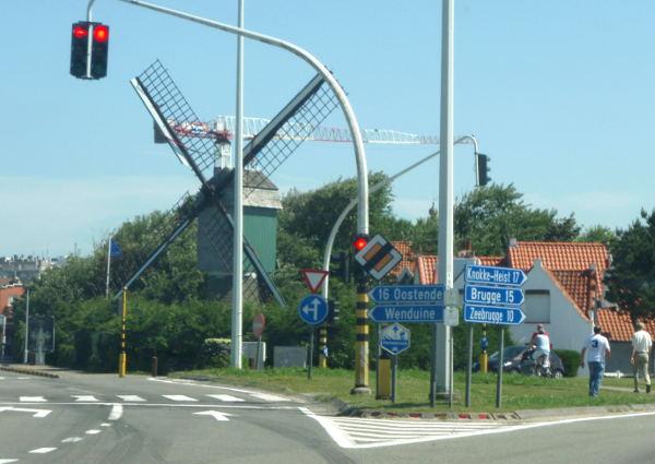 Tuulimylly. De Haan on Belgian flaaminkielistä aluetta.