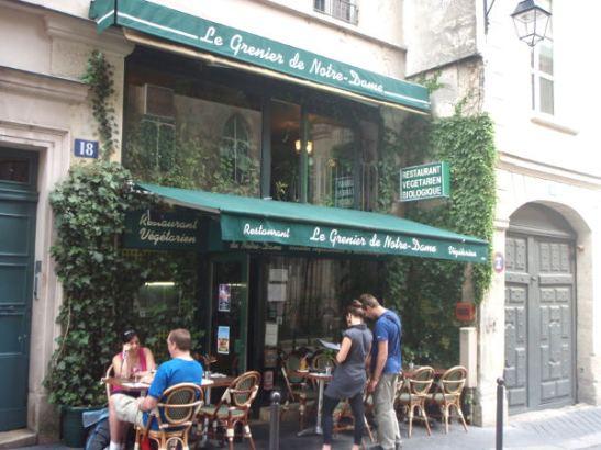 Tämä kasvisravintola löytyi pari korttelia Notre Damelta. Muistelen syöneeni siellä 10 vuotta sitten annoksen, jossa oli avokadosalaattia tarjottuna kupista, jona toimi isot avokadon kuoret.