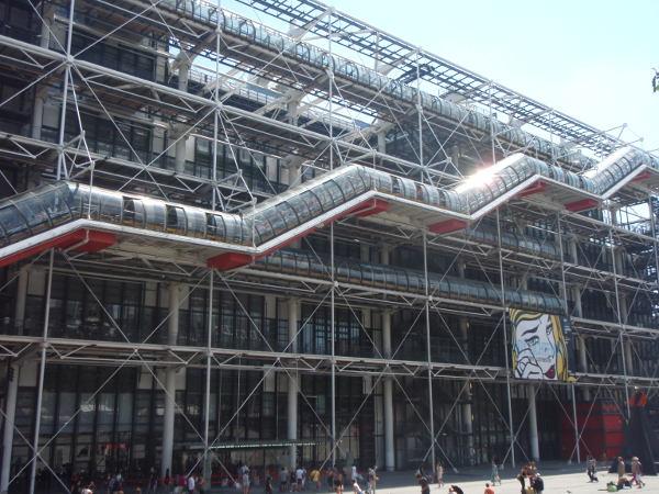 Pompidou-keskukselle tullessani tajusin, mitä inside out -arkkitehtuuri tämän rakennuksen kohdalla tarkoittaa: Putket ja rakenteet ovat rakennuksen seinien ulkopuolella näkyvillä.