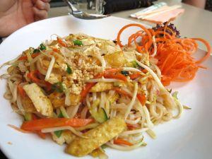Itävallasta lähtien tuli nautiskeltua aasialaisista antimista. Tässä perusthaimaalainen eli pad thai tofulla tilattuna Wienin Naschmarktilla.