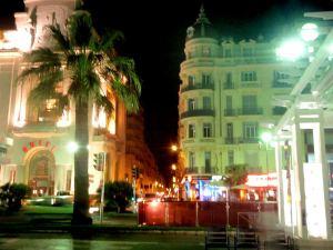 Nizzan rannan tuntumassa oli kasinoita ja hotelleja.