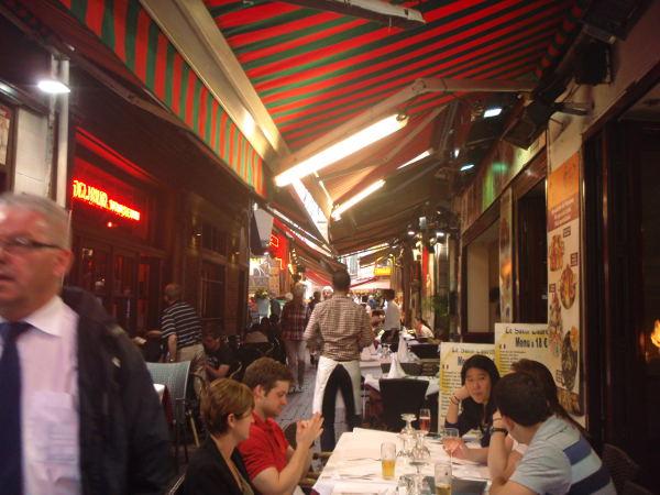 Kun ensimmäisen kerran kävin Brysselin ruokakaduilla, olivat ne mielestäni epämiellyttäviä ja epäilyttäviä sisäänheittäjineen. Matkaopaskirjasta luin, että nämä Brysselin paraatipaikoilla sijaitsevat ravintolat eivät tosiaankaan kuulu maan parhaimmistoon.
