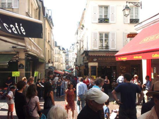 Katusoittajia Rue Mouffetardilla.