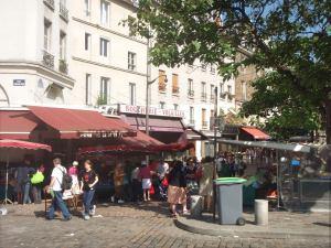 Rue Mouffetardin alkupää vihanneskojuineen.