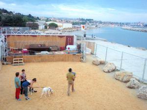 Tanssialueen takana näkyy kaukana Marseillen satama-aluetta.