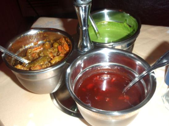 Pöytämausteet nepalilais-tiibetiläisessä. Kellertävä oli intialaistyyppistä pickleä, punertava makeaa (ihan kuin olisivat vain maustaneet jotain kirsikkahilloa) ja vihreä taisi maistua mintulle ja en tainnut sitä uskaltaa syödä.