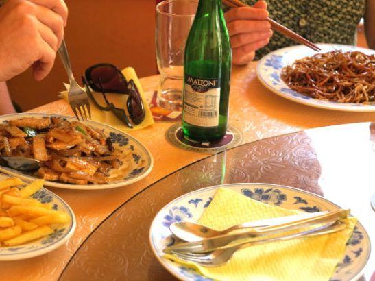 Ranskalasia tofuruokan oheen tilasi yksi toinenkin. Kolmas söi paistettuja nuudeleita.