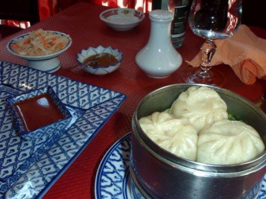 Edellisen, hyvien kasvismomojen syömisen jälkeen luotin homman onnistuvan nytkin, mutta toisessa tiibetiläisessä ravintolassa osassa momoja olikin juustoa sisällä ja se harmitti, ei tullut mieleen kysyä.