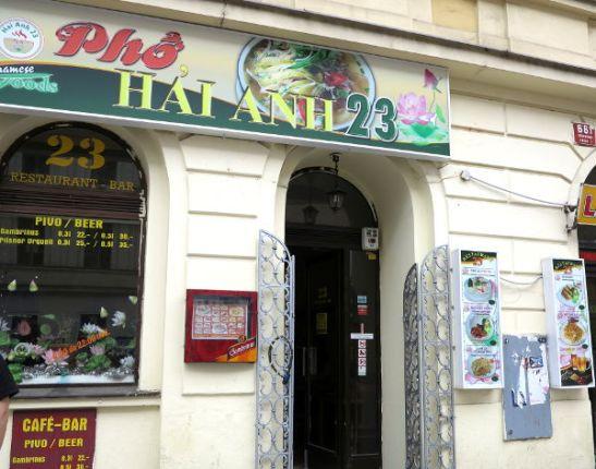 Vietnamilainen ravintola Prahassa. Onneksi se sijaitsi kulman takana, kun Radost FC Cafe, johon suuntasimme, oli juuri lopettanut päivän lounastarjoilunsa.