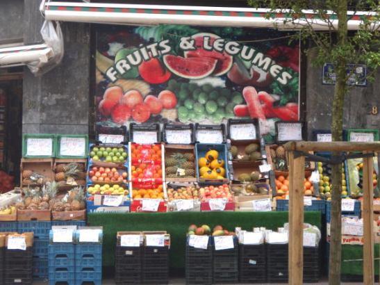 Kaikkialla muualla maailmassa kuin Suomessa, jopa Norjan Oslossa,on ulkona houkuttelevia vihannes- ja hedelmäkojuja, näin myös Belgiassa. Suomessa näitä on vain toreilla, hyvin harvoin kauppojen edessä, koska meillä kaupat olevat ketjuliikkeiden kauppoja, joiden konseptiin tällainen ei kuulu.