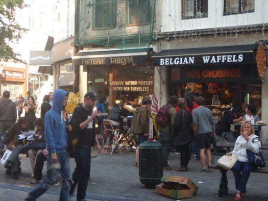 Vohvelikojuja Brysselin keskustassa. Vohvelit olivat yleinen näky turistien ja paikallisten käsissä.