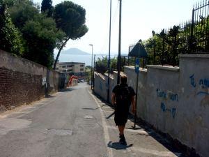Kävelyä Pozzuolisssa. Edessä näkyy niemenkärki, jonka jälkeen rannikolla olisi mm. Ischian saari.
