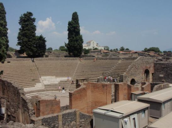 Amfiteatteri Pompein raunioilla. Kuulin parinkin oppaan selostavan, että Pompeissa aikoinaan kouluttautui gladiaattoreita ympäri maata.
