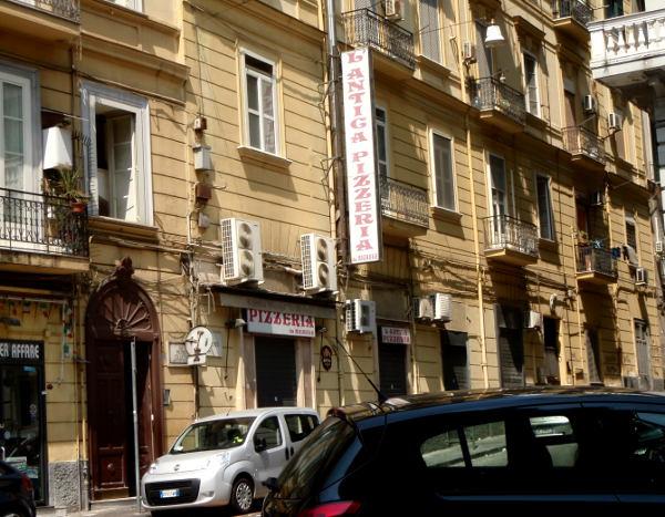 Da Michele sijaitsee Via Cesare Sersalella, joka on ison, päärautatieasemalta lähtevän Umberto-kadun poikkikatu. Rautatieasemalta sinne kävelee alle 10 minuutissa.