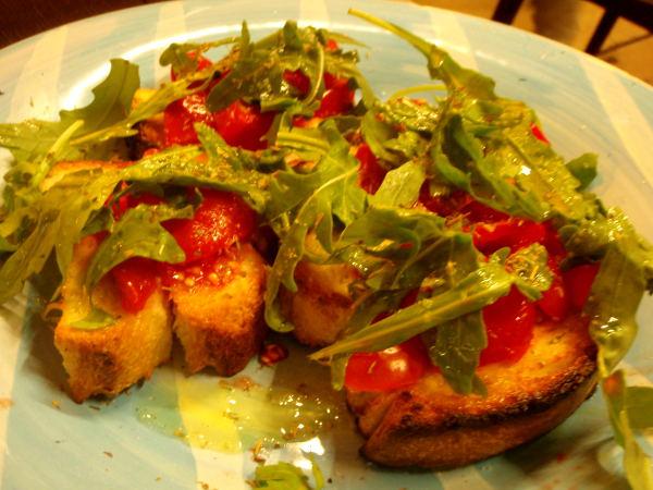 Etelä-Italian Barissa oli tomaattibruschetan päällä tuoretta rucolaa.