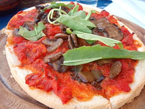 Barissa tilattu pitsa, jossa tomaatin lisäksi herkkusieniä ja rucolaa. Mutta mikään ei voittanut hyvää marinaraa.