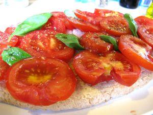 """Levantossa söin useamman kerran tällaisen """"maxi bruschetan"""", jossa oli yksi iso leipäviipale ja tomaatit ja basilikat isoina."""
