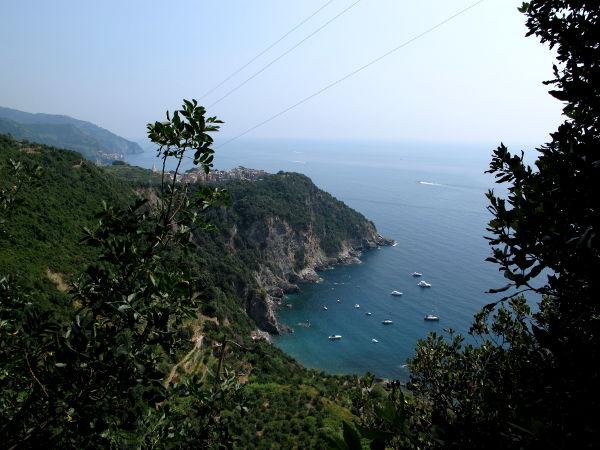 Corniglia sijaitsee korkean niemen päällä.