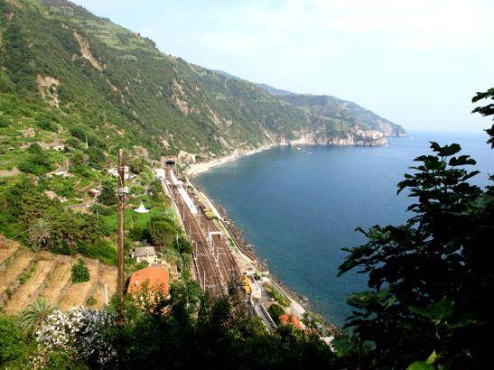 Corniglian juna-asema oli rannalla. Sinne johti pitkät siksakkia menevät rappuset.