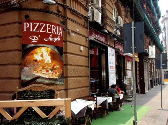 Legendaarista L´Antica Pizzeria da Micheleä vastapäätä sijaitseva D´Angeli oli hyvä kakkonen.