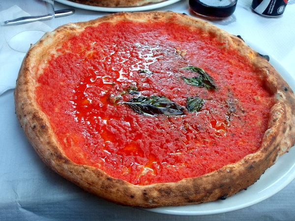Matkan toiseksi parasta pitsaa sain Da Micheleä miltei vastapäätä sijaitsevasta D´Angelista. Kuvassa paikan marinara-pitsa.