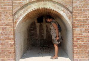 Tällaisissa uudelleen rakennetuissa hikimajoissa on hikoiltu. Nyt kuumaa höyryä tuli ylhäältä.