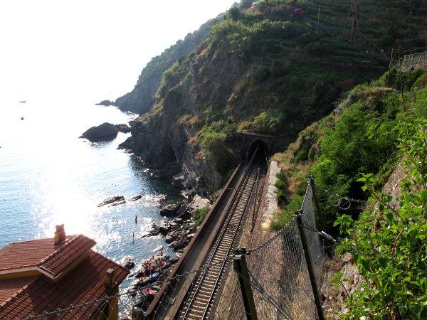 Junarata kulki Vernazzassa pätkän ihan rannalla.