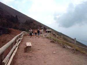 Vesuviuksen kraateria reunustava polku päättyi takana näkyvään kojuun.