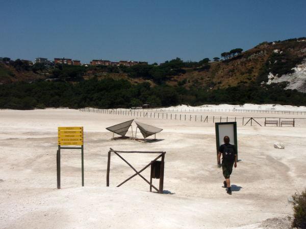 Soltafaran kentällä on laitteita, joilla seurataan alueen vulkaanista toimintaa.