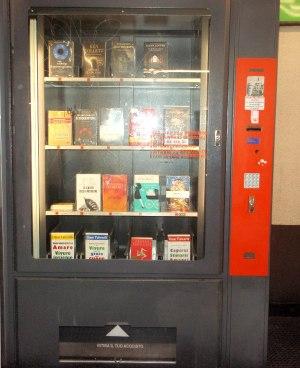 Pihan kirjassa sanottiin Italian huoltoasemiltakin löytyvä monenmoista kirjallisuutta. Tässä kirja-automaatti milanolaisella metroasemalla juomapulloautomaattien vieressä.