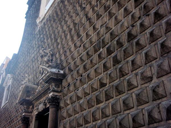 Vanhassa kaupungissa oli möhkälemäinen rakennus, jonka seinäpinta oli erikoinen. Ohikulkiessamme siellä oli häät menossa ja näimme sen olevan kirkko.