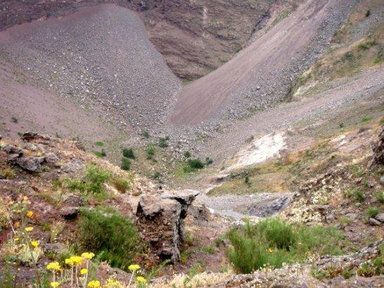Kraaterin pohja oli reunoilta vierineiden kivien ja hiekan peitossa.
