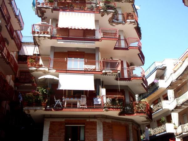 Tavalliset talot Pozzuolissa ja muuallakin Italiassa toivat parvekkeineen mieleen loma-asunnot.