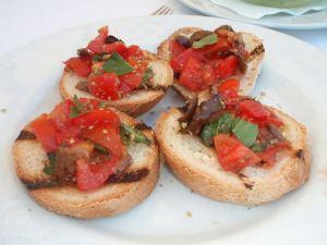 Näiden bruschetoiden päällä on tomaatin ja basilikan lisäksi paistettua munakoisoa, mutta se ei pelastanut niitä kuivuudelta. Söin ne Sorrentossa.