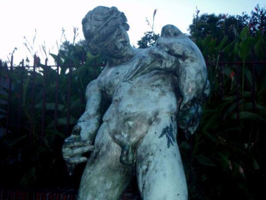 Kummallinen patsas Pompein kadulla. Jos nyt oikein tekstit käsitin, tämä oli jonkinlainen uusi faunia esittävä patsas. Luulin, että fauneilla olisi aina pukin alaruumis, mutta patsaissa pelkkä pikku häntä näytti riittävän.