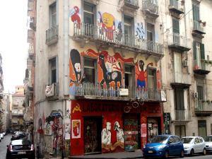 Jonkinlainen squatti Napolin vanhassa kaupungissa.