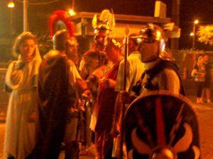 Legioonalaisia Pompein kaupungilla eräänä iltana. Kai juuri näiden sandaalit jäivät aina maahan, kun Asterix heitä humautti.