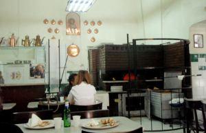 Da Michele sisältä ja maailman parhaita pitsoja taikova uuni.