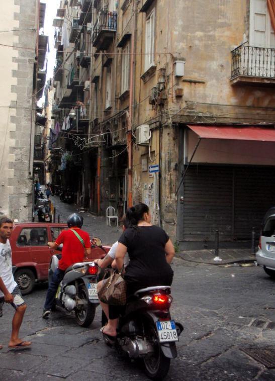 Mopo on autoa järkevämpi kulkuväline Napolin kapeilla kujilla.