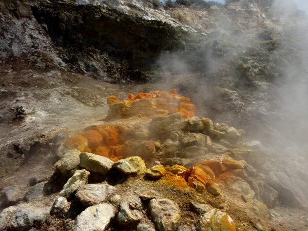 Rikkikaasut ovat värjänneet Soltafarassa muutaman kivikasan oranssisävyisiksi. Täältä tuprusi +90-asteista höyryä.