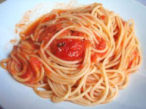 Pastapomodoron pasta oli aina spagettia. Onneksi se saapui pöytään aina ilman juustoa. Muihinkin pöytiin juusto tuotiin näköhavaintojeni mukaan aina erikseen purkissa.