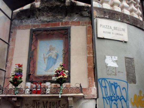 Alttari Piazza Bellinillä.