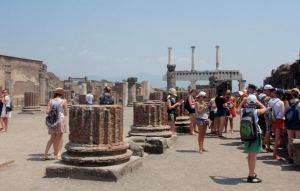 Pompein raunioita ja turisteja.