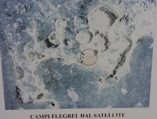 Satelliittikuva Campi Flegrein alueesta heti Napolista länteen.