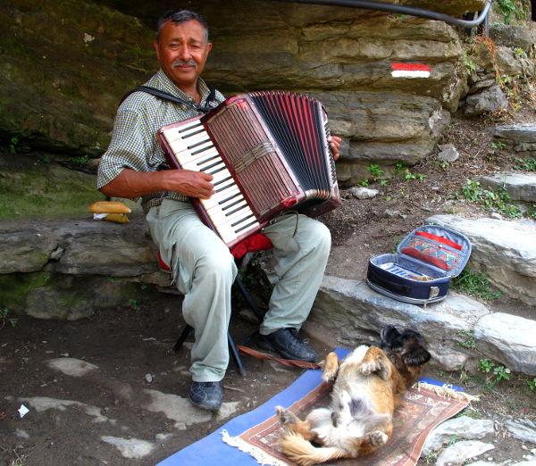 Soittaja ja koira Vernazzassa ylös menevien rappujen varrella. Mies soitti ihan miten sattuu, mutta meininki oli hyvä.