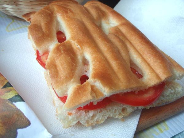 Vaikka tämä focaccia oli kuivaa, olisi täytetty leipä ollut hyvää, jos sisällä olisi ollut vähän enempi muutakin kuin vain tomaattia.